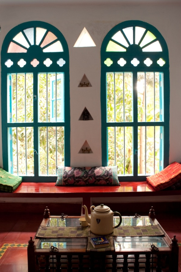 Chettinad style home design karthik 39 s home in bangalore for Room window design india